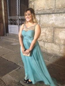 De corpo inteiro - o vestido não está tão curto, ele cobre o sapato, mas o vento levou :)